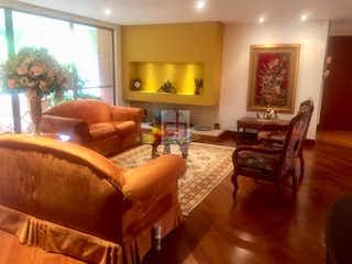 Una sala de estar llena de muebles y una ventana en Apartamento en Barrio Usaquén-Usaquén, con 3 Habitaciones - 176 mt2.