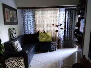 Una sala de estar llena de muebles y una ventana en Apartamento en Universidad Medellín-Belén, con 2 Habitaciones - 80 mt2.