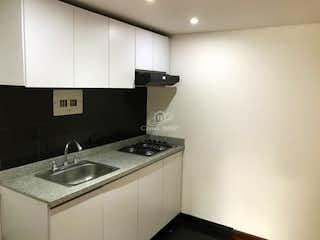 Un cuarto de baño con lavabo y un espejo en Casa en Hayuelos Reservado, Fontibon - 95mt, tres niveles, cuatro alcobas
