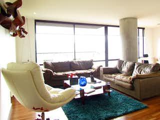 Una sala de estar llena de muebles y una ventana en Reserva de los Lagos