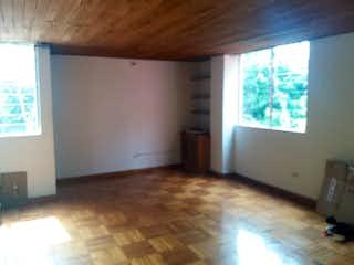 Una sala de estar llena de muebles y un suelo de madera dura en -