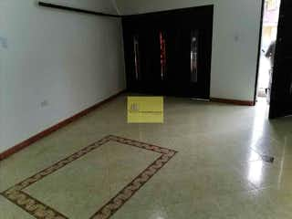 Una habitación con una alfombra en medio de ella en Apartamento en Los Almendros, Belen - 135mt, tres alcobas,
