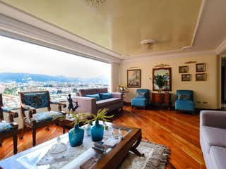 Una sala de estar llena de muebles y una mesa en Apartamento en Cerros de Suba, Con 3 habitaciones-205mt2