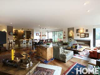Una sala de estar llena de muchos muebles en Apartamento en Usaquen, Bogota. Con 3 habitaciones-244mt2