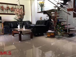 Una sala de estar llena de muebles y una planta en maceta en Ceiba de la Calleja