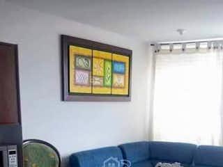 Una habitación con una cama y un escritorio en Apartamento en Santa Rosita-Engativá, con 3 Habitaciones - 50 mt2.