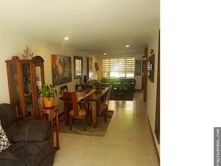 Una sala de estar llena de muebles y una ventana en Siempre Verde