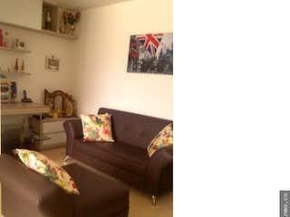 Una sala de estar llena de muebles y una ventana en Apartamento en venta Sabaneta San Jose