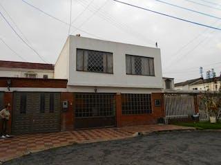 Un edificio con un reloj en el costado en Casa En Venta En Bogota Mandalay