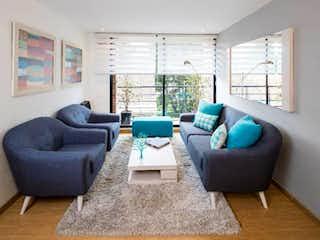Una sala de estar llena de muebles y una gran ventana en Palmaluna