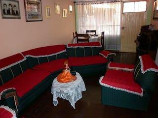 Una sala de estar llena de muebles y un sofá rojo en Casa En Venta En Bogota Rincón De Venecia