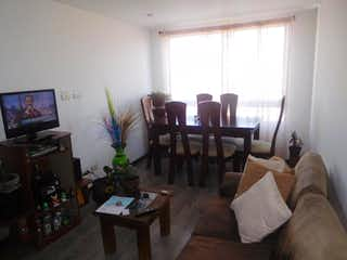 Una sala de estar llena de muebles y una televisión de pantalla plana en Conjunto Cipres Ii