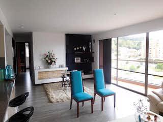 Una sala de estar llena de muebles y una gran ventana en Apartamento en Ciudad Jardin Norte, Colina Campestre - 122mt, tres alcobas, balcon