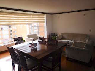 Una sala de estar llena de muebles y una mesa en Apartamento  En Bogota Salitre, Con 3 habitaciones-92mt2