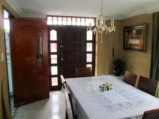 Una habitación muy bonita con una gran ventana en Casa