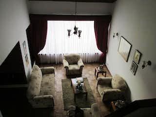 Una sala de estar llena de muebles y una ventana en Casa  En Bogota Las Villas, Con 5 habitaciones-212mt2