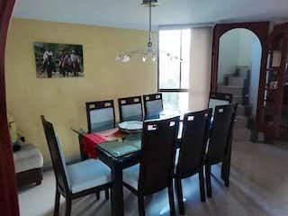 Una habitación que tiene una mesa y sillas en ella en -