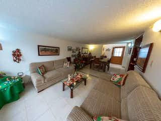 Una sala de estar llena de muebles y una chimenea en Casa  En Bogota Bonanza, Con 6 habitaciones-245mt2