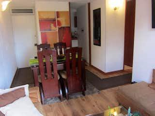 Una sala de estar llena de muebles y suelos de madera en Conjunto Residencial SUA