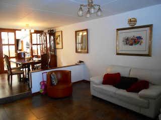 Una sala de estar llena de muebles y una gran ventana en Casa En Normandía Occidental-Engativá, con 6 Habitaciones - 178 mt2.