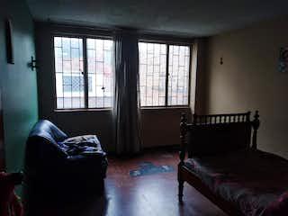 Un dormitorio con una silla de cama y una ventana en No aplica