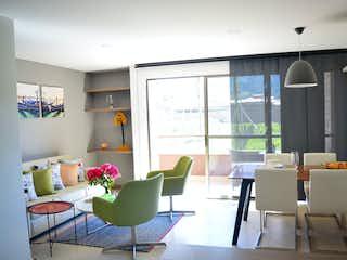 Una sala de estar llena de muebles y una gran ventana en Valle Central