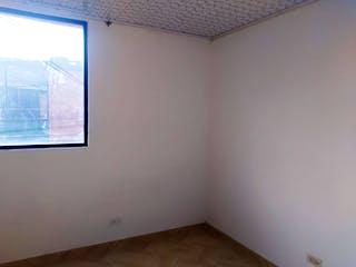 Una pared blanca con una ventana en ella en Cipres De La Llanada