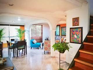 Una sala de estar llena de muebles y una planta en maceta en portal de san diego