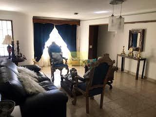 Una sala de estar llena de muebles y una chimenea en Casa en Lorena-Laureles, con 5 Alcobas - 205 mt2.