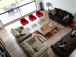 Una sala de estar llena de muebles y un sofá en Casa en venta en Santa Cruz, 4179mt de tres niveles.