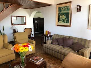 Una sala de estar llena de muebles y una gran ventana en Ilarco