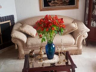 Una sala de estar llena de muebles y una chimenea en Casa En Arriendo/venta En Bogota Villa Del Prado