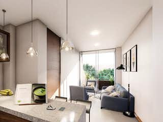 Una sala de estar llena de muebles y una ventana en Cavala