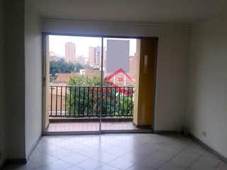 Una pequeña habitación con una ventana y un banco en Apartamento en venta en Naranjal, con 3 Habitaciones
