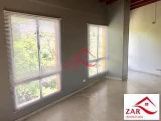 Una imagen de una sala de estar con una ventana en Edificio la giralda