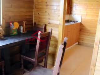 Una mesa de madera con un par de tijeras en ella en Finca en San Juan-Copacabana, con 3 Habitaciones - 9740 mt2