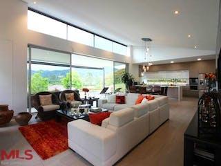 Una sala de estar llena de muebles y una gran ventana en Saint Regis Alameda (V. Llanogrande)