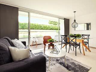 Una sala de estar llena de muebles y una gran ventana en Suramérica Park