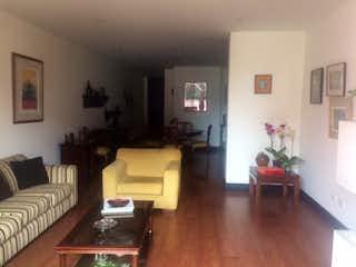 Una sala de estar llena de muebles y una televisión de pantalla plana en Apartamento en Bella Suiza, la Carolina - 123mt, dos alcobas, balcon
