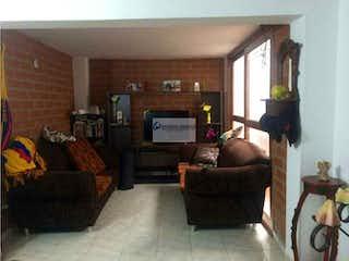 Una sala de estar llena de muebles y una chimenea en Casa en Las Brisas, La Estrella - Cuatro alcobas