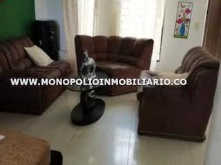 Una sala de estar con un sofá y una mesa de café en LA ATLANTIDA 2
