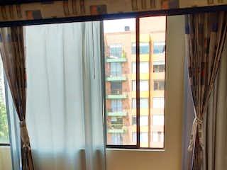 Una cocina con una ventana, un lavabo y una ventana en plazuela de toscana