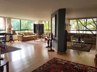 Una sala de estar llena de muebles y una alfombra en SALAMANCA