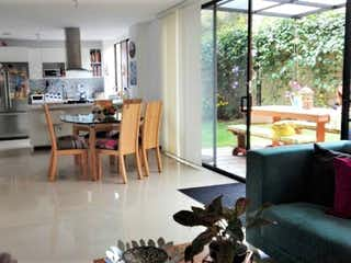 Una sala de estar llena de muebles y una ventana en Ceiba de La Calleja
