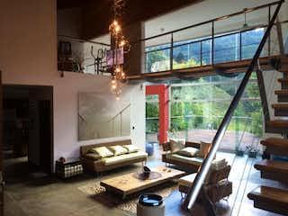 Una sala de estar llena de muebles y una lámpara de araña en MONTE AZUL