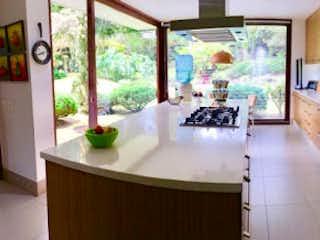Una vista de una cocina con un gran ventanal en Casa en Llanogrande-Rionegro, con 5 Habitaicones - 572 mt2.