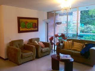 Una sala de estar llena de muebles y una ventana en  CAMINO DE BRUJAS