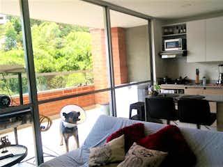 Una sala de estar llena de muebles y una ventana en  AMARETTO