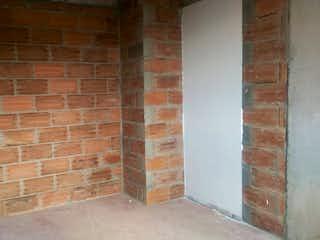 La pared de ladrillo con la pared de ladrillo y la ventana en VILLA DEL PARQUE