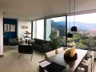 Una sala de estar llena de muebles y una gran ventana en  Tower